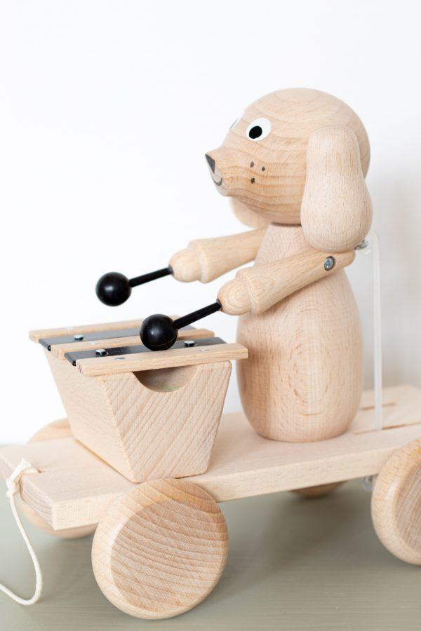 Jouet en bois à tirer, chien qui joue de la musique sur un xylophone, vendu par Trendy Little