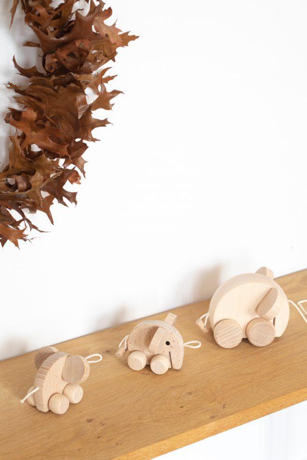 Famille d'éléphant, jouet en bois à tirer par l'enfant. Fabriqué à la main en Europe. Vendu par Trendy Little