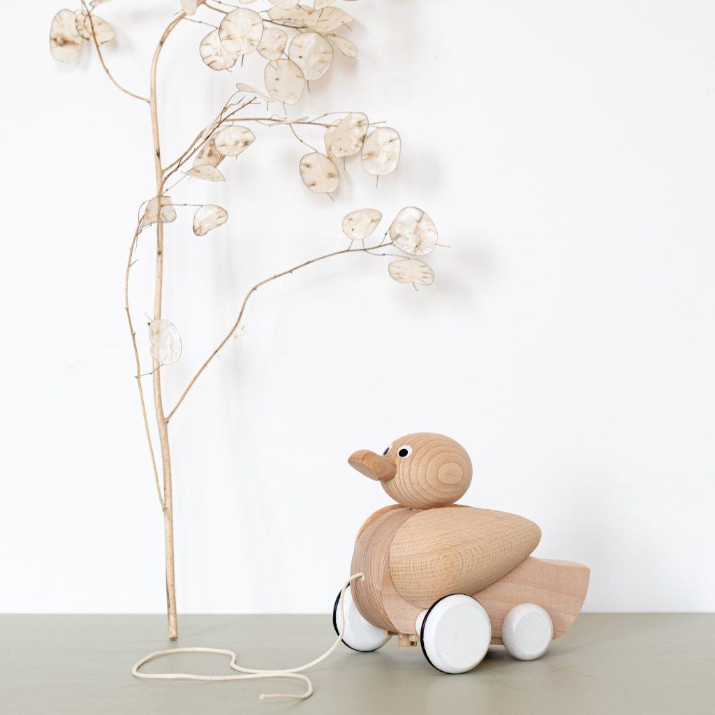 Jouet en bois en forme de canard à tirer par une ficelle, vendu par Trendy Little