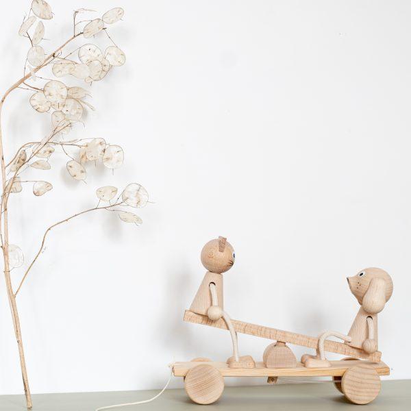 Balançoire trébuchet sur laquelle se balancent un chat et un chien, vendu par l'atelier Trendy Little