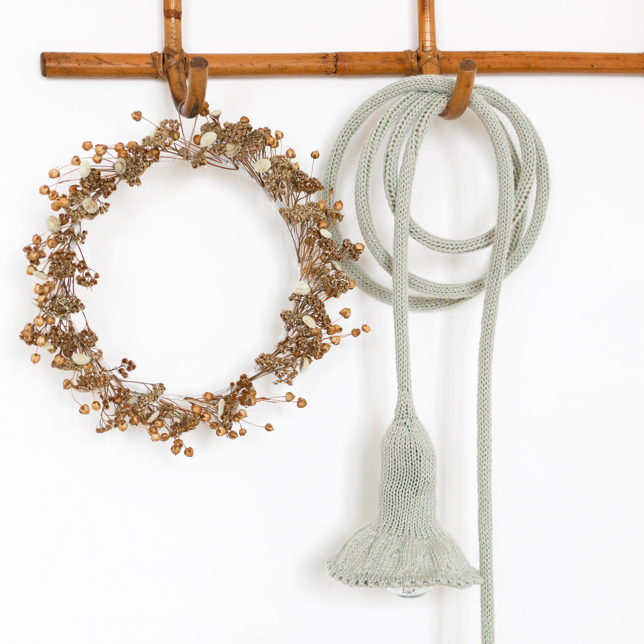 Lampe baladeuse collerette tricottée main avec une laine cacherime vert amande, création Trendy Little