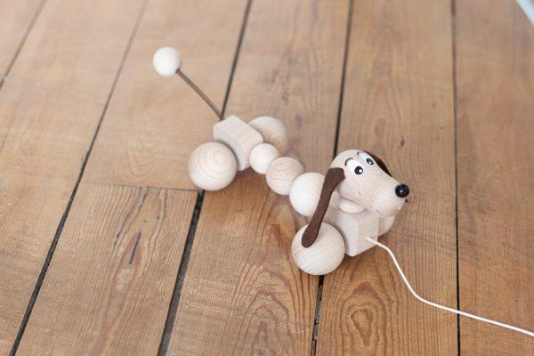 Chien saucisse, jouet en bois à tirer par votre enfant, vendu par Trendy Little