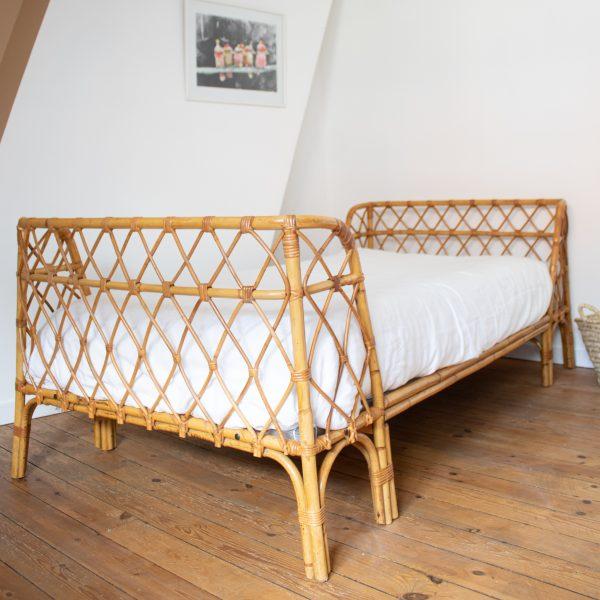 Lit enfant en rotin vintage, style lit corbeille, restauré dans l'atelier Trendy Little