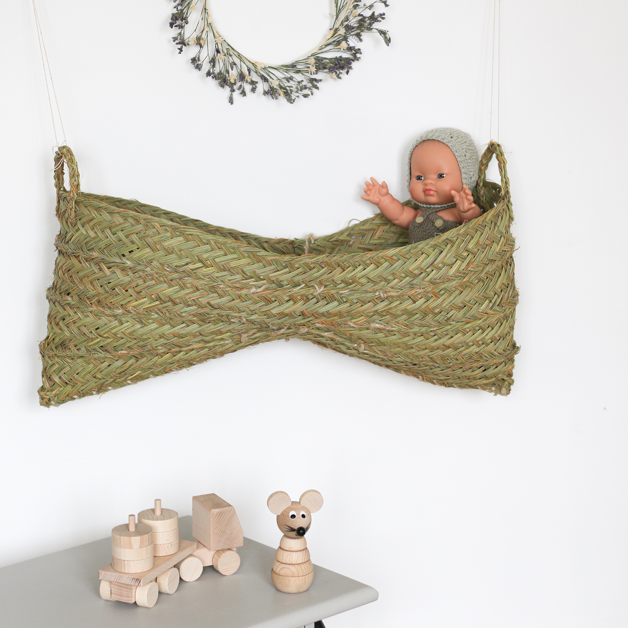 Panier double de rangement à suspendre au mur à l'aide d'une petite ficelle, tressé à la main en Espagne et vendu par Trendy Little