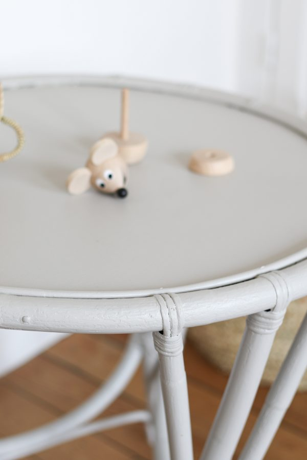 Table enfant en rotin vintage peinte en gris de pierre, restaurée par Trendy Little
