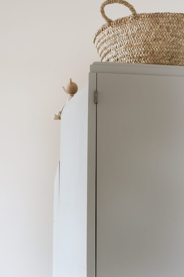 Armoire asymétrique peinte en gris chaleureux à l'extérieur et en blanc à l'intérieur. Restaurée par l'atelier de restauration de meuble Trendy Little.
