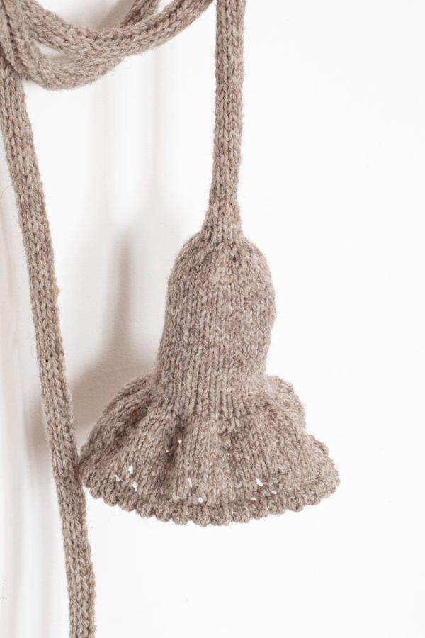 Lampe baladeuse collerette tricotée à la main avec un fil de laine mérinos. Création Trendy Little
