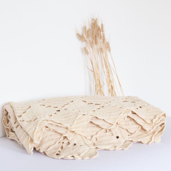Plaid en crochet vintage de couleur naturel blanc cassé. Nettoyé puis vendu par l'atelier Trendy Little