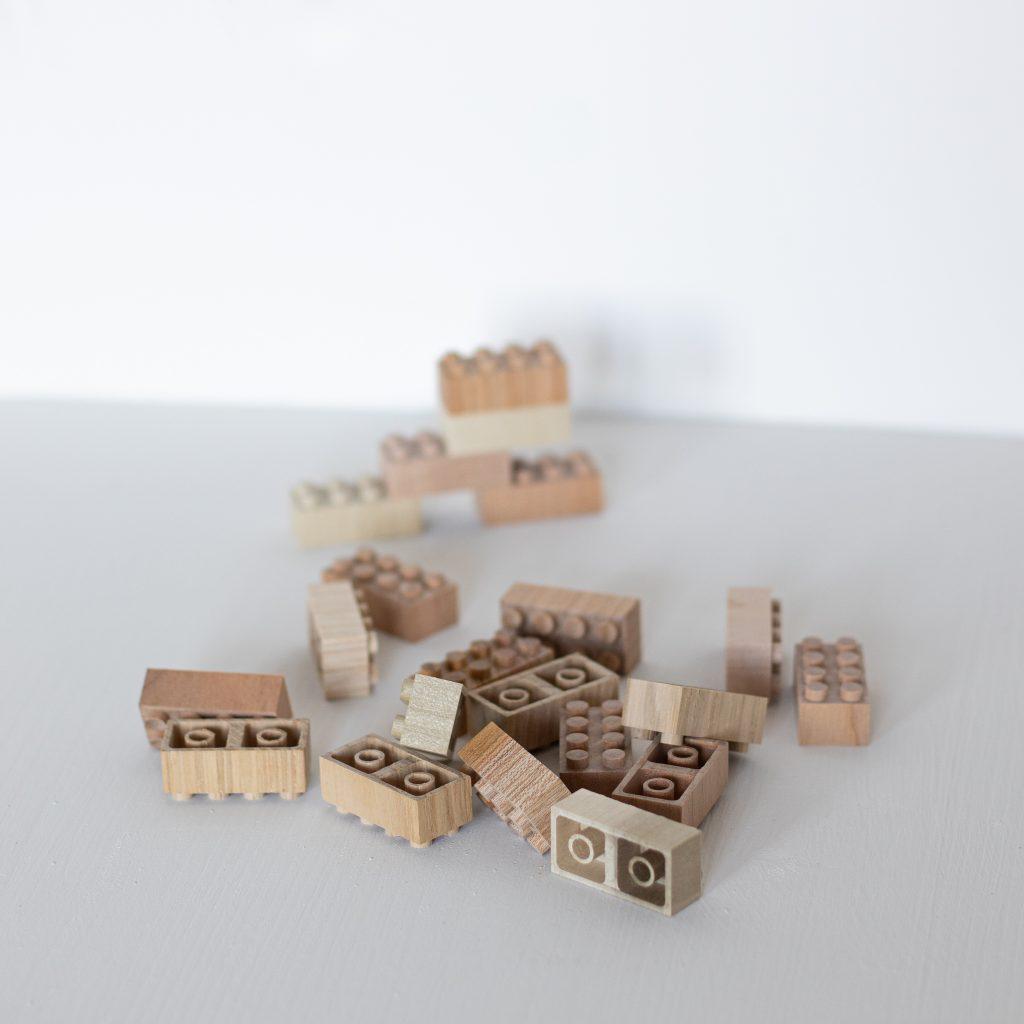 Jouet en bois éducatif brique de construction type Lego durable et écologique de la marque Mokulock, vendu par Trendy Little