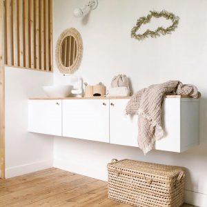 Salle de bain épurée avec un mélange de bois naturel, de fleurs séchées et de fibres tressé, chez Cécile Fossey @octobre_et_mai. Nuage fleuri de chez Trendy Little