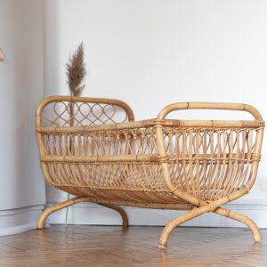 Lit bébé en rotin vintage pour une chambre de bébé, restauré par l'atelier Trendy Little