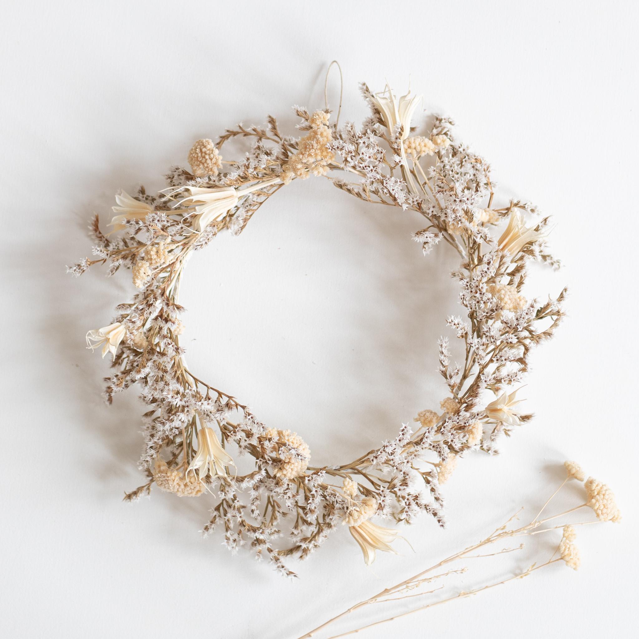 Couronne de fleurs séchées créée et confectionnée à la main dans l'atelier Trendy Little