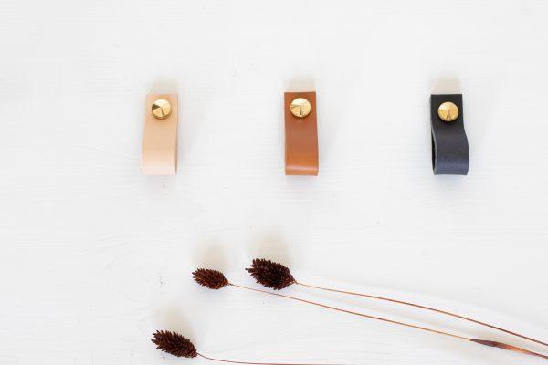 Poignée verticale en cuir et laiton pour meuble, confectionné par Trendy Little
