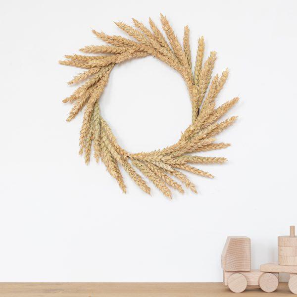 Couronne de blé séché créée et confectionnée à la main dans l'atelier Trendy Little