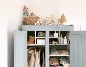 Jouet en bois et armoire vintage dans chambre de garçon chez Cécile Fossey