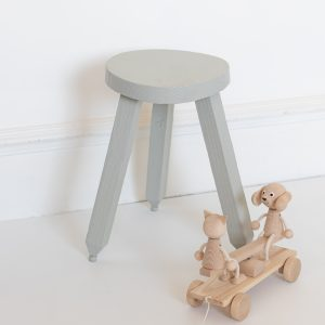 Tabouret vintage ou table de nuit pour enfant restauré par l'atelier TRENDY LITTLE