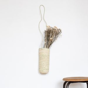 Panier bouquet suspendu en palme tressé artisanalement, vendu par Trendy Little